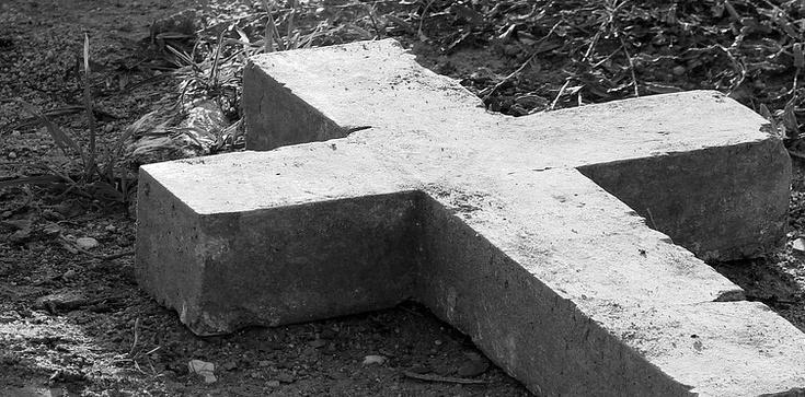 Satanistyczny pentagram na cmentarzu. Kobieta usłyszała zarzut - zdjęcie