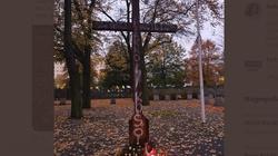 Szokujące! Gdańsk. ''Zabij księdza''. Napis na krzyżu na cmentarzu - miniaturka