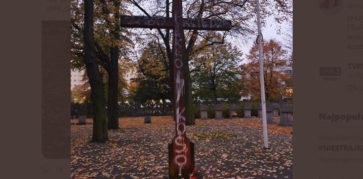 Szokujące! Gdańsk. ''Zabij księdza''. Napis na krzyżu na cmentarzu - zdjęcie
