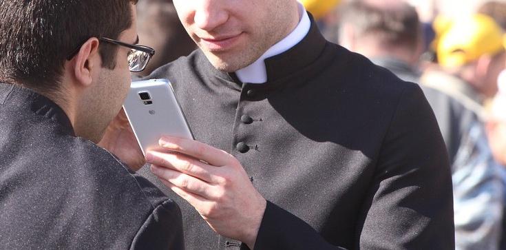 Kiedy korzystanie ze smartfona jest grzechem?  - zdjęcie
