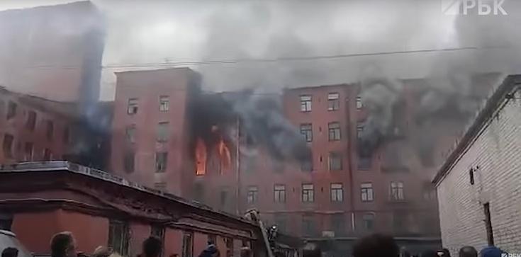 [Wideo] Petersburg. Z pożarem XIX-wiecznej fabryki walczą wojskowe śmigłowce - zdjęcie