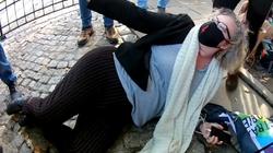 Hit! Lempart kładzie się na chodnik i wzywa pomocy policji [WIDEO]  - miniaturka