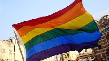 Niemcy nie radzą sobie z homofobią. Atak na osobę z flagą LGBT - miniaturka