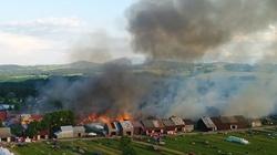 [Wideo] Ogromny pożar we wsi w okolicach Nowego Targu. Płonie 20 budynków mieszkalnych - miniaturka