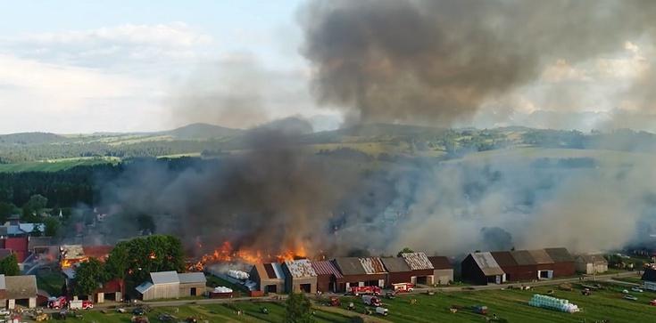 [Wideo] Ogromny pożar we wsi w okolicach Nowego Targu. Płonie 20 budynków mieszkalnych - zdjęcie