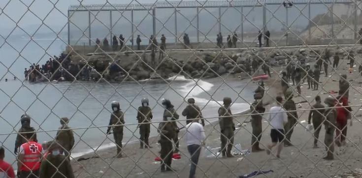 [Wideo] Hiszpania. Wojsko wrzuca imigrantów z powrotem do morza - zdjęcie