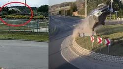[Wideo] Szokujący wypadek. Mercedes dosłownie przeleciał nad rondem - miniaturka