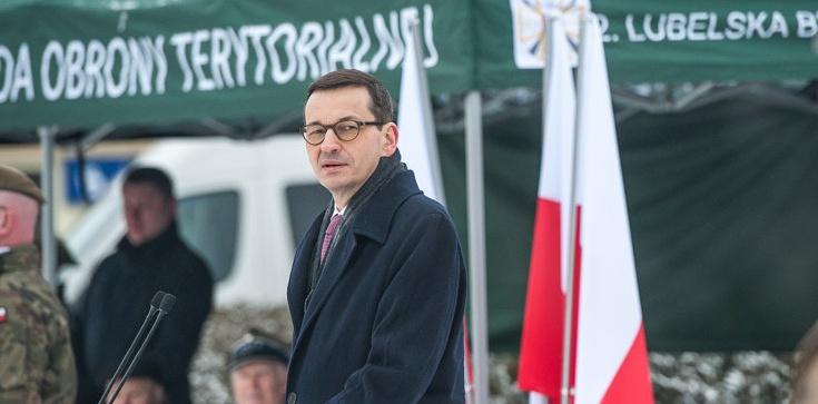 Morawiecki: Dziś z dumą odbudowujemy wielkie tradycje Wojska Polskiego - zdjęcie