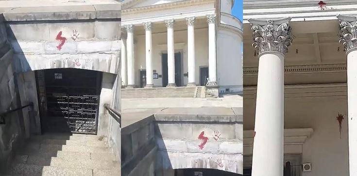 [Wideo] Warszawa. Pl. Trzech Krzyży. Kolejny akt chrystianofobii i wandalizmu - zdjęcie