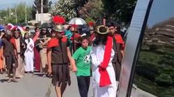 [Wideo] Meksyk. W czasie drogi krzyżowej Jezusa bronił chłopiec z zespołem Downa - miniaturka