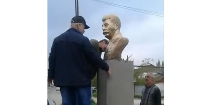 W rosyjskim Dagestanie postawiono, a potem zdemontowano popiersie Stalina - zdjęcie