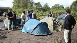 [Wideo] Straż Graniczna: łukaszystowscy pogranicznicy ładują migrantom telefony i powerbanki - miniaturka