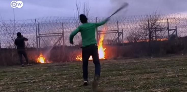 Turecka policja bije migrantów, którzy nie chcą forsować granicy - zdjęcie