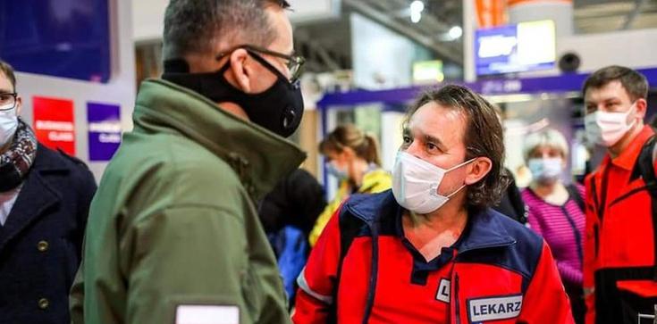 Polski rząd wysyła samolot z medykami do UK. Mają pomóc kierowcom wrócić do kraju - zdjęcie