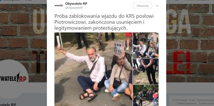 ,,Obywatele RP'' znowu przed siedzibą KRS! Nie chcieli wpuścić Piotrowicza, interweniowała policja - zdjęcie
