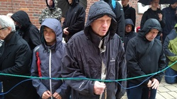 Kraków: Męski Różaniec w strugach deszczu. ZOBACZ - miniaturka