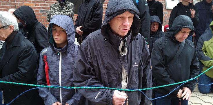 Kraków: Męski Różaniec w strugach deszczu. ZOBACZ - zdjęcie