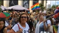 Tęczowa manifestacja w Warszawie. Przemówienie posła PO przerywane okrzykami - miniaturka