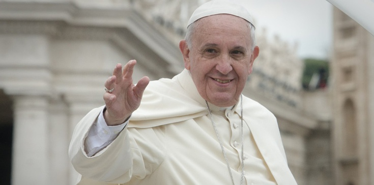 """Franciszek nosi krzyż księdza ściętego w Iraku. """"Teraz ten krzyż należy do Ciebie, Ojcze Święty i ma Cię chronić"""" - zdjęcie"""