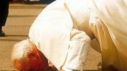 Egzorcysta: Jan Paweł II- gdy całował ziemię, złe duchy nie wytrzymywały!!! - miniaturka