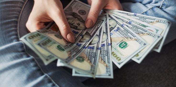 Kredyt gotówkowy a polityka, czyli jak polityka wpływa na finanse, kredyty, stopy procentowe? - zdjęcie