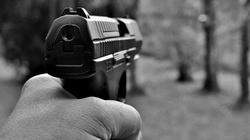 Ruszył z bronią na funkcjonariuszy. Policjanci oddali strzały - miniaturka
