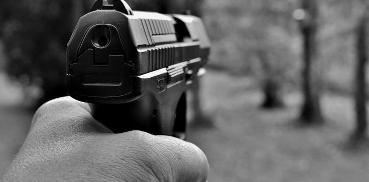 Ruszył z bronią na funkcjonariuszy. Policjanci oddali strzały - zdjęcie