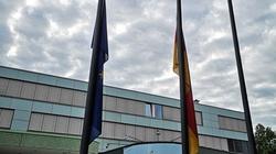 Niemcy opuszczają flagi na znak żałoby i wstydu. Opuszczone flagi nie wystarczą. Kiedy reparacje?  - miniaturka