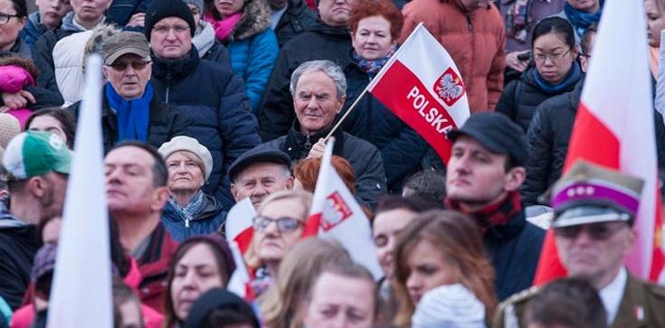 Dr Jerzy Bukowski: Radosne wymachiwanie flagą - zdjęcie