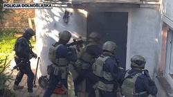 Cela plus! Kolejne mocne uderzenie w narkobiznes na Dolnym Śląsku. Zabezpieczono znaczne ilości metamfetaminy oraz profesjonalną aparaturę - miniaturka