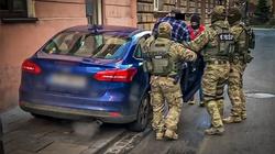 Policja rozbiła gang pseudokibiców różnych klubów handlujących narkotykami - miniaturka