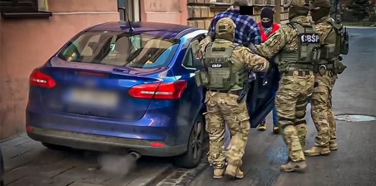 Policja rozbiła gang pseudokibiców różnych klubów handlujących narkotykami - zdjęcie