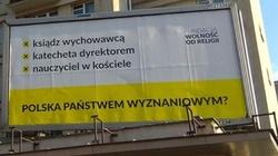 Fundacja straszy 'państwem wyznaniowym'. Kuriozalne billboardy! - miniaturka