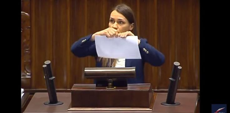 Posłanka PO jest zła na PiS. Bo... spełniają obietnice!!! - zdjęcie