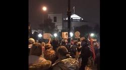 Trwa protest przed Sejmem. 1000 -1500 osób. Frekwencja spada [Wideo] - miniaturka