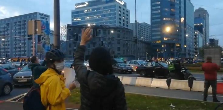 Warszawa. Rondo ONZ. Aktywiści aborcyjni zablokowali karetki. Policja bezradna - zdjęcie