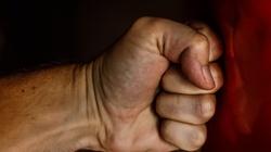 Uczeń z Głogowa kopnął i uderzył w twarz nauczycielkę - miniaturka