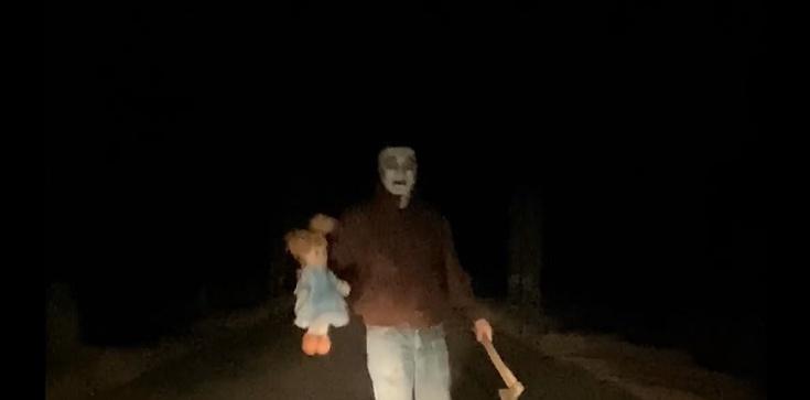 Szokujące! Knurów. Psychopata czy dowcipniś? Maska, siekiera i lalka na jezdzni w szczerym polu [Wideo] - zdjęcie