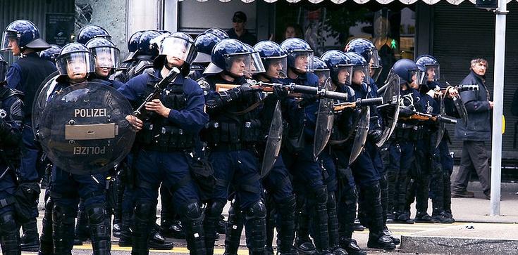Lewicowi radykałowie zaatakowali Marsz dla Życia. Brutalne starcia i gaz na ulicach Zurychu - zdjęcie
