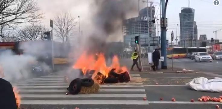 Wg Internetu to ,,rolnicy od Putina'' palą opony w stolicy? - zdjęcie