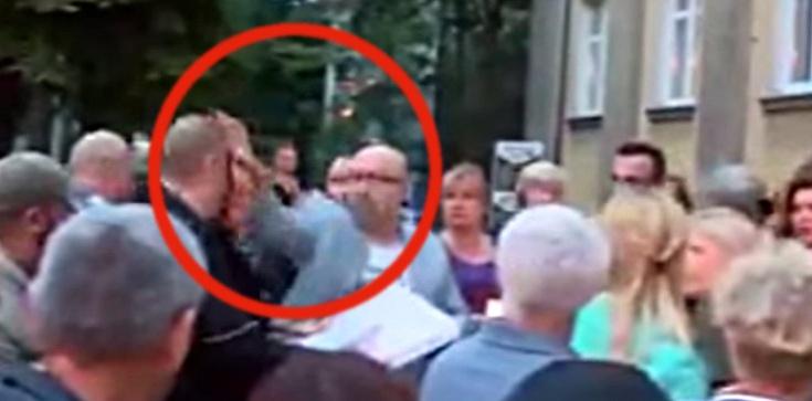 Pod sądem radny PO atakuje przechodnia... pizzą [FILM] - zdjęcie