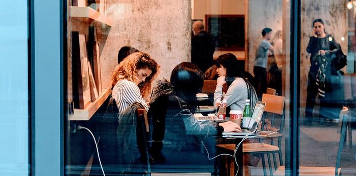 Czechy luzują obostrzenia. Restauracje, siłownie, sklepy i hotele otwarte już od czwartku  - zdjęcie