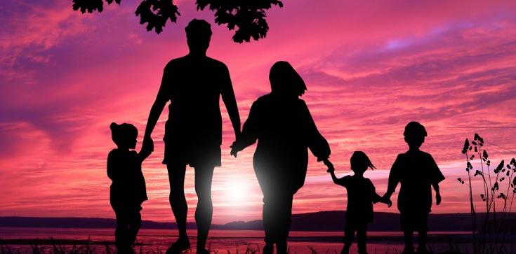 Fundacja Mamy i Taty walczy o dobro polskich dzieci i kieruje petycję do rządzących - zdjęcie