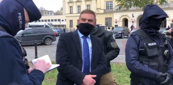 Robert Bąkiewicz oskarża policję. Po konferencji legitymują go funkcjonariusze - zdjęcie