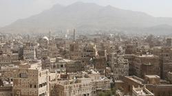 Setki gapiów na publicznej egzekucji morderców dzieci w Jemenie - miniaturka