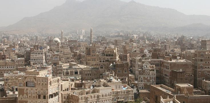 Setki gapiów na publicznej egzekucji morderców dzieci w Jemenie - zdjęcie