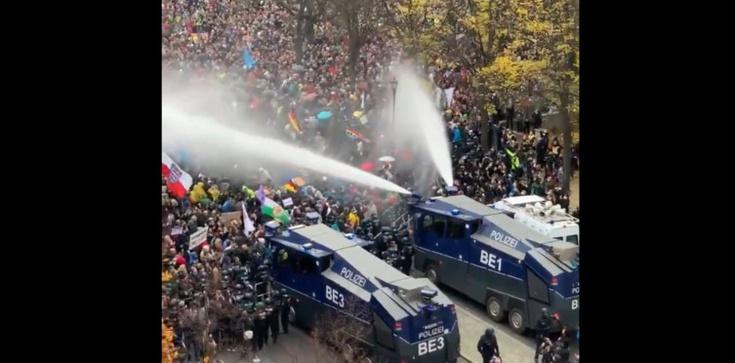 Tak niemiecka policja pacyfikuje protesty w Berlinie. Gdzie wołania o ,,praworządność''?  - zdjęcie