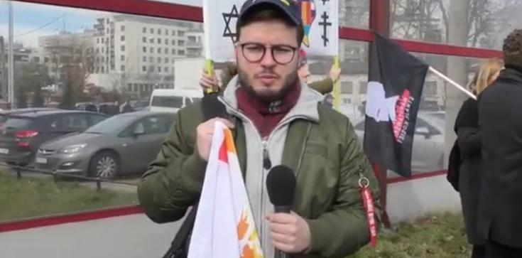 Staszewski porozwieszał tabliczki i puścił zdjęcia w świat. Zapomniał dopisać, kto jest ich autorem - zdjęcie