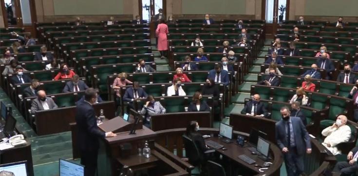 Żenujące! W Sejmie przemawia premier, a posłowie KO… urządzają sobie sesję zdjęciową - zdjęcie