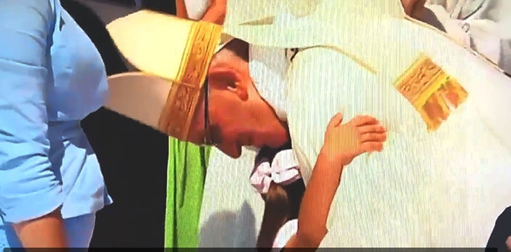 PIĘKNE! Gest tej małej dziewczynki chwyta za serce! - zdjęcie